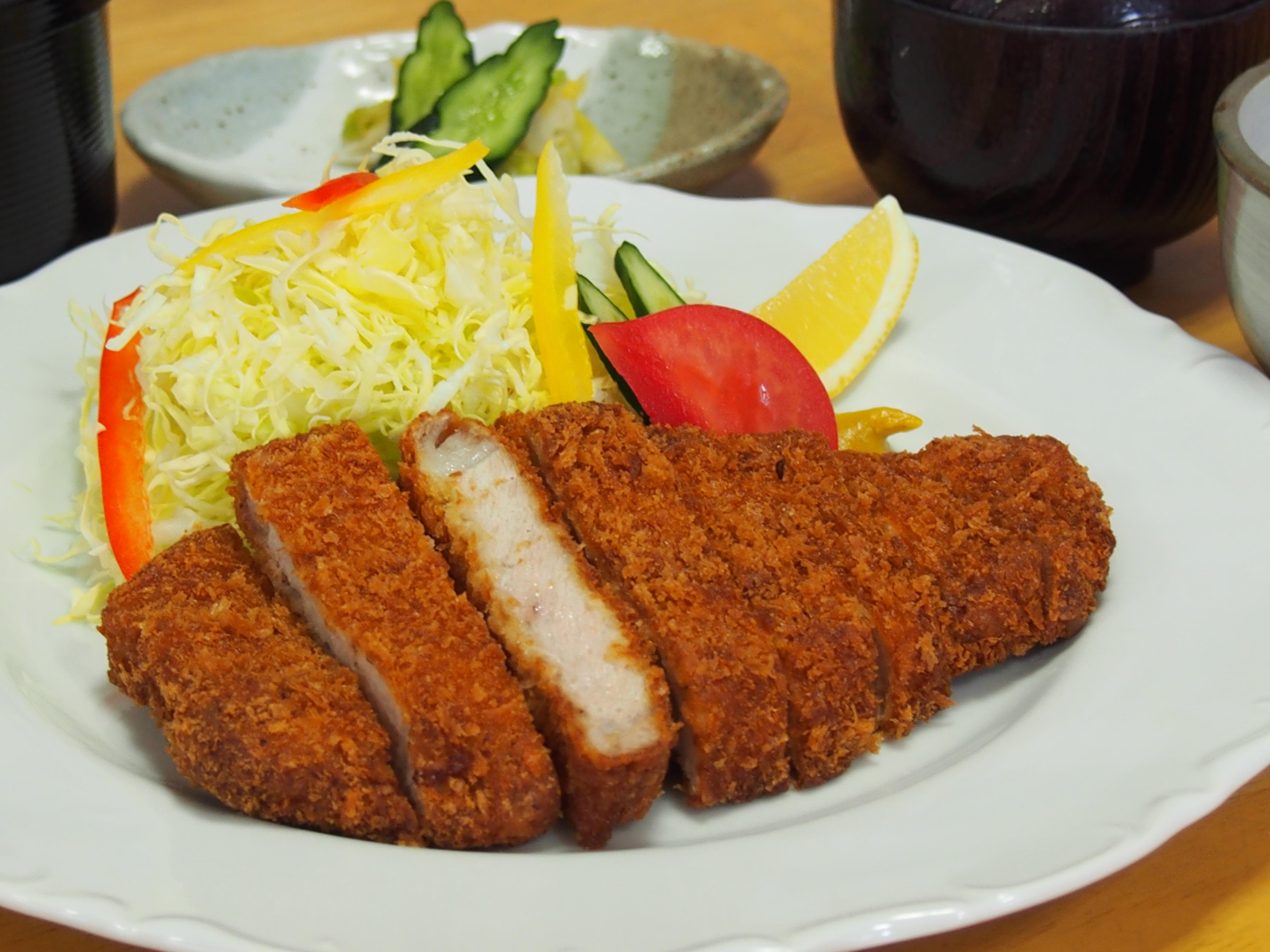 とんかつ定食(ご飯・味噌汁・小鉢・お新香付)